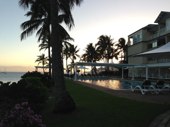 Coral Sea Resort: Overlooking pool and Oceanview rooms from the jetty.