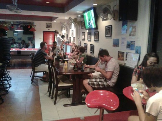 M Sports Bar and Restaurant: Lot's of happy customers