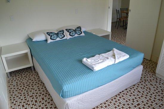Dunk Island View Caravan Park: Queen Bed in One Bedroom Unit