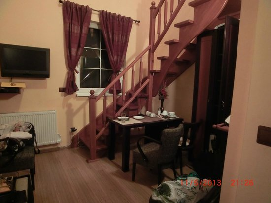 Bastion Apartments: Лестница и окно