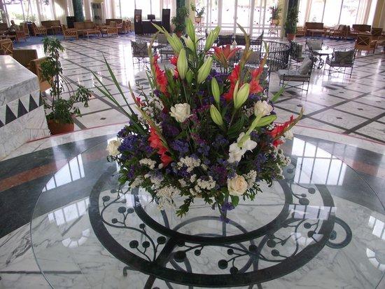 El Mouradi El Menzah: flowers in Hotel