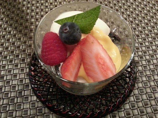 Kamo : Glace vanille, espuma de mangue et fruits frais