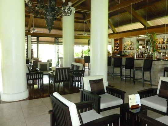 Foyer Area Bar : Bar sitting area near the foyer picture of warwick le