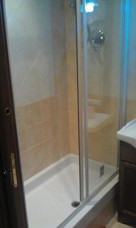Cleopatra Affittacamere : doccia molto comoda