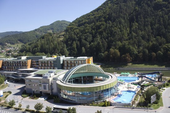 Thermana Park Lasko: Open glass dome with swimming pools