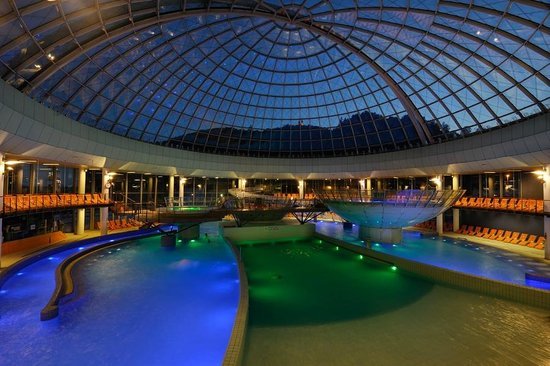 Hotel Thermana Park Lasko: Inside pools under the mobile glass dome.