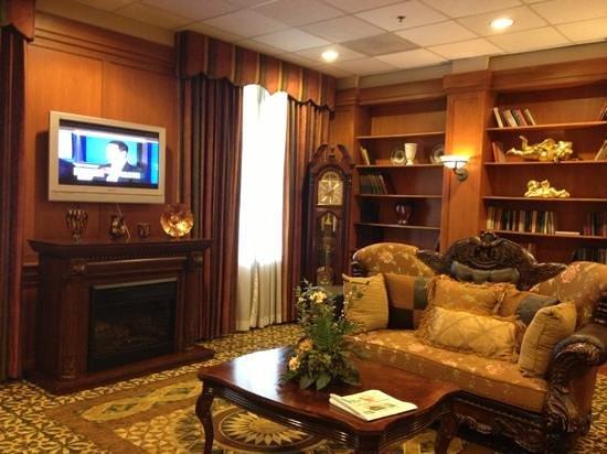 Clarion Hotel Detroit Metro Airport : tv room off lobby