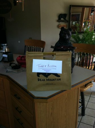 Bear Mountain Lodge: Lovely Touch.  Welcome bag for those who stay at Bear Mt. Lodge