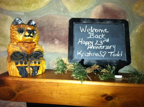 Bear Mountain Lodge: Welcoming sign in our room above the Fire place.