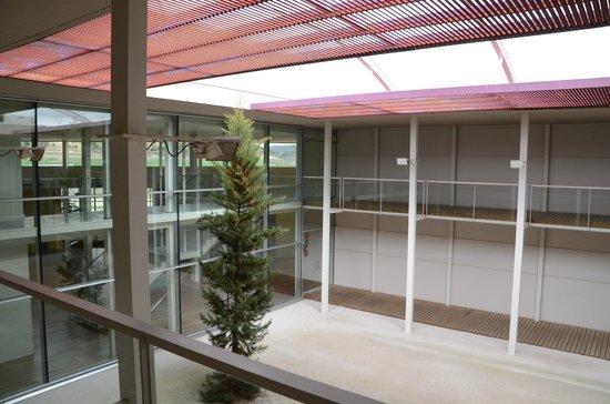 claustro en Bodegas Legaris - Fuente: Tripadvisor