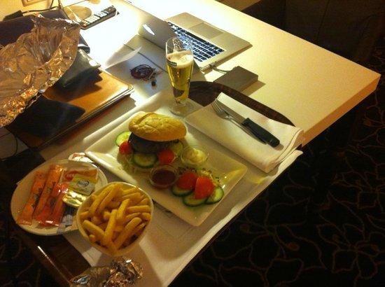 Golden Tulip Hotel Central: Room service (Hamburger)