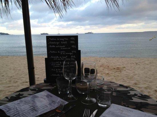 Esterel Plage : Notre table sur la plage au bord de l'eau...