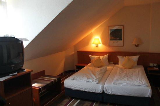 Best Western Ambassador Hotel: low ceiling gave me a claustrophobic feeling!