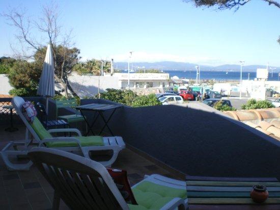 hotel restaurant la bastide: la terrasse des chambres coté mer