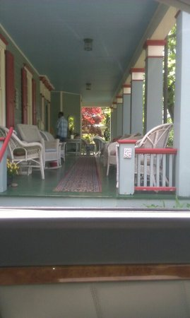 Main Street Manor Bed & Breakfast Inn: The beautiful front porch