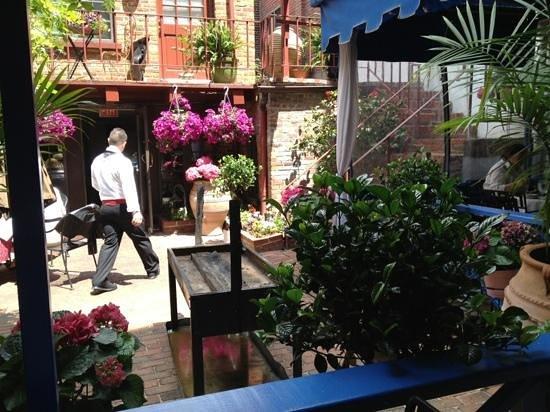 Taverna Cretekou: A corner of backyard dining.