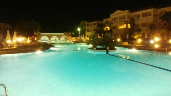 Bitzaro Grande Hotel: Pool at Night!