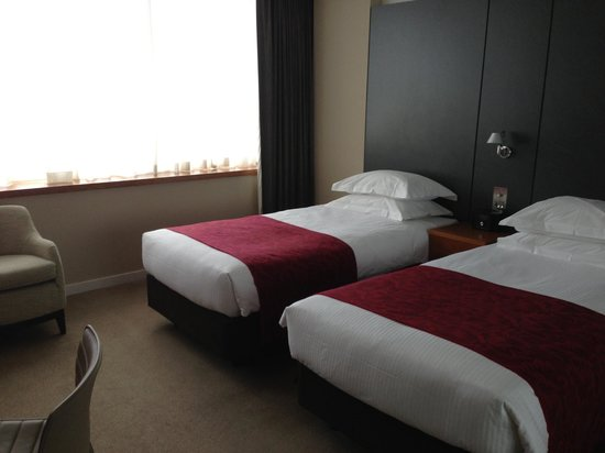 Royal Garden Hotel: Two twin beds.