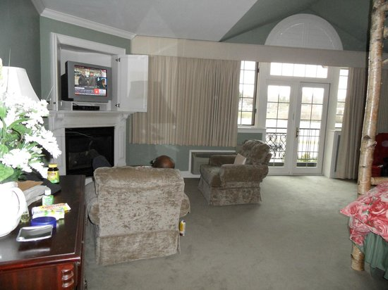 Lake Opechee Inn and Spa: sitting area w/fireplace