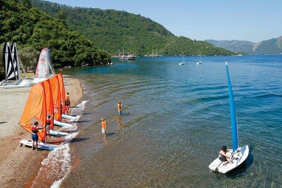 Club Adakoy Resort Hotel: The sailing beach and bay