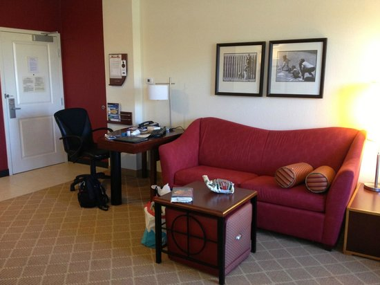 Residence Inn Aberdeen at Ripken Stadium: Efficiency entrance and living area