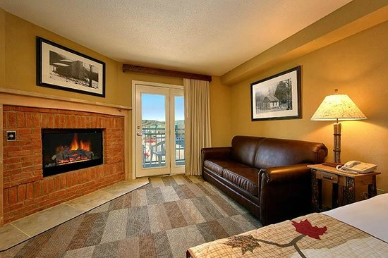 Oak Tree Lodge: Fireplaces in selected rooms
