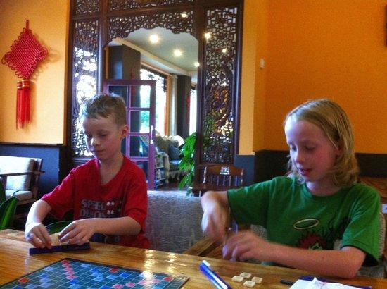 Yangshuo Village Retreat: Playing scrabble in the lounge