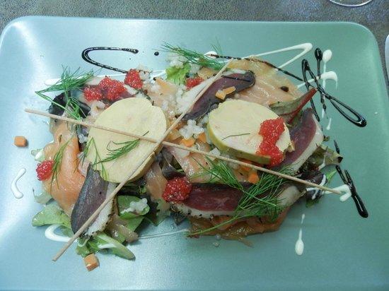 Roanne, France: Saumon fumé en salade folle, foie gras et magret de canard