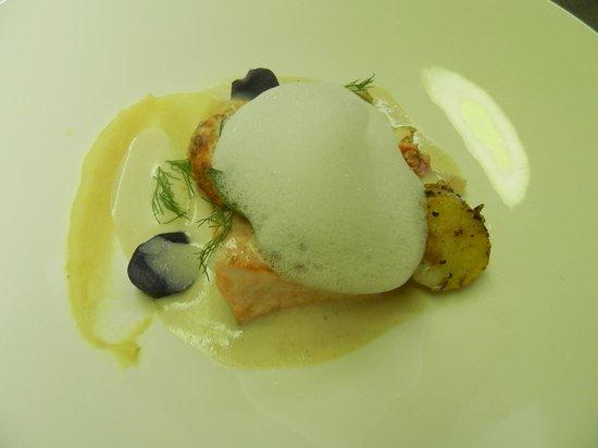 L'Assiette Roannaise : Soufflé de langoustine, queue de langoustine, saumon grillé et dorade