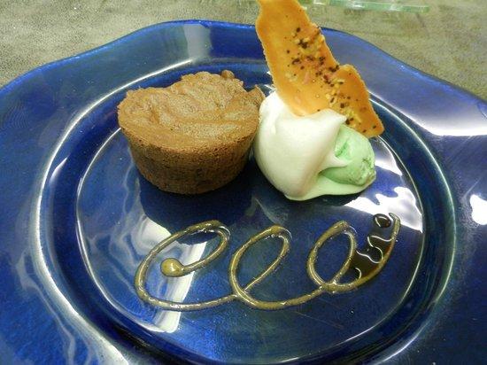 L'Assiette Roannaise : Fondant au chocolat, glace à l'After Eight et son émulsion aux pommes