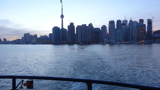Toronto Islands Ferries: Boarding at Dusk