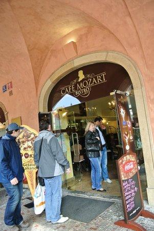 Grand Cafe : 外観。看板はまだ元カフェ・モーツアルトのまま。