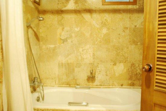 Somkiet Buri Resort: Bathtub in the bathroom...