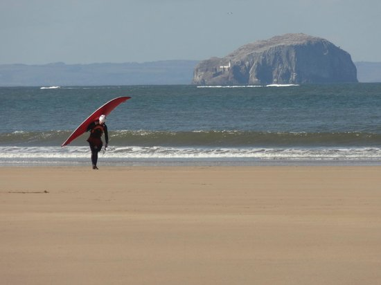 Данбар, UK: Surfer on Belhaven Beach