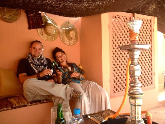 Riad Abaca Badra: My friends relaxing on the terrace, lounge area, beautiful at night