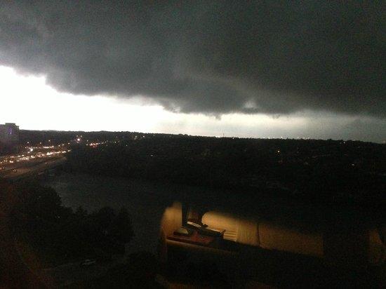 هوليداي إن أوستن - تاون ليك: Stormy weather from the Holiday Inn