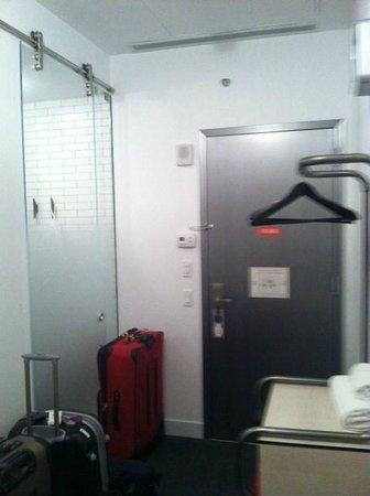 Pod 39 Hotel: Glass bathroom door on the left