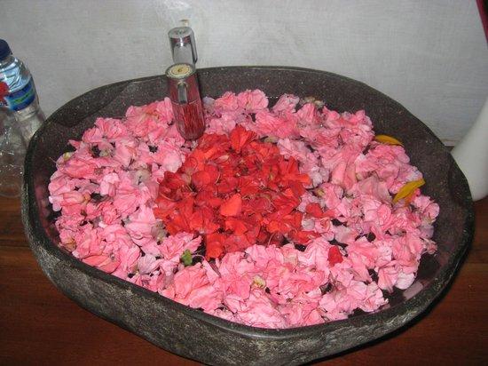 Flower Bud Bungalows Balangan: flowers upon arrival