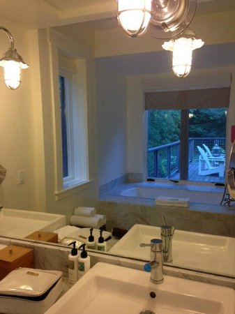 Farmhouse Inn & Restaurant: Bathroom