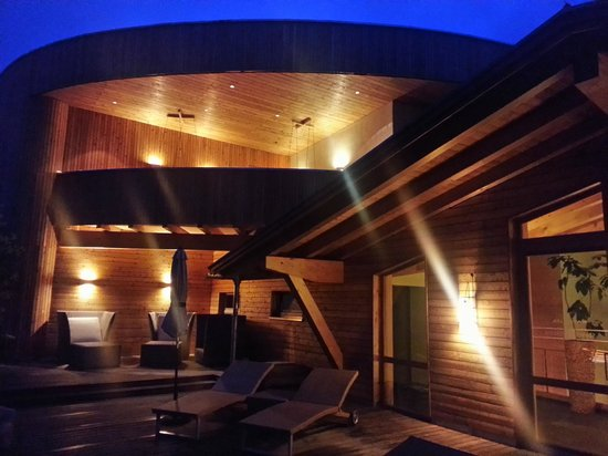 Naturhotel Waldklause: Dachterrasse mit Ruheraum und Liegen