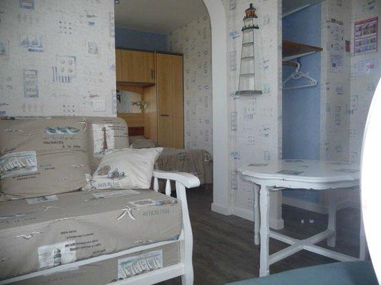 Hotel les Embruns : une chambre et son salon