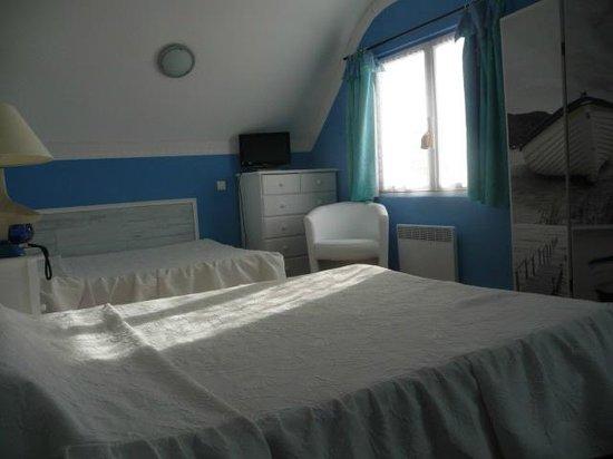 Hotel les Embruns : une chambre avec deux grands lits