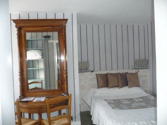 Hotel les Embruns : chambre avec son espace salon