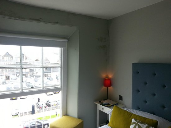 The Falmouth Townhouse: Damp in room