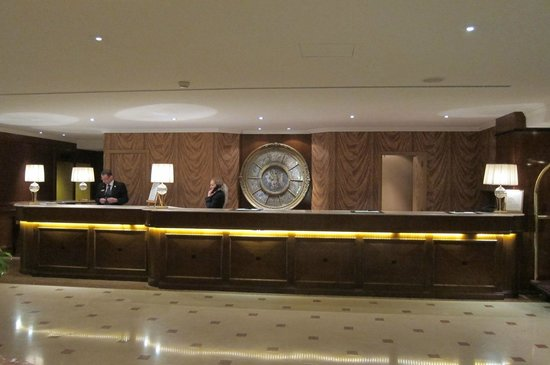 Royal Windsor Hotel: front desk