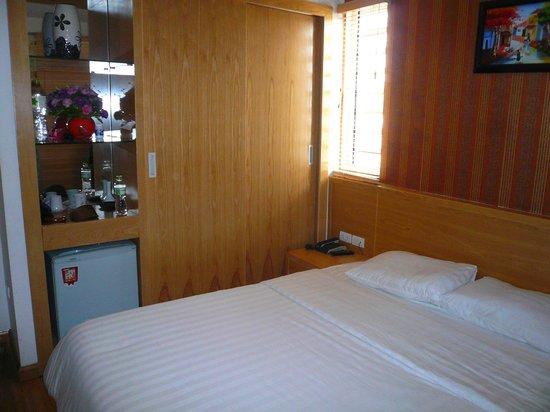Tu Linh Palace Hotel: NOTRE CHAMBRE AVEC PETITE FENETRE