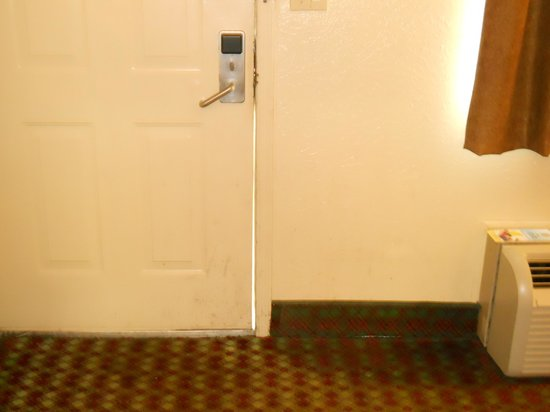 Days Inn Pineville LA: door not sealed properly