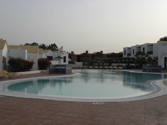 Fuerteventura Beach Club: Pool area on an evening