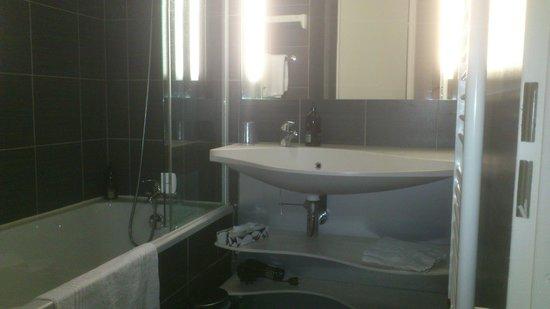 Adagio City Aparthotel Montrouge: Cuarto de baño