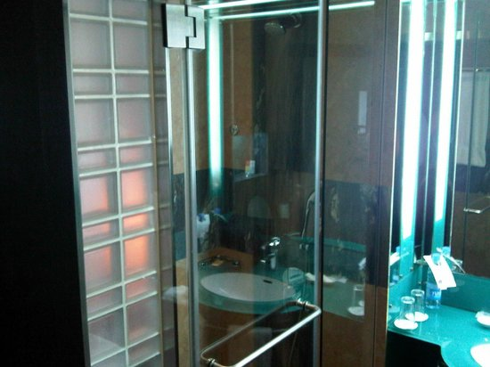 Four Points by Sheraton Le Verdun : Preferred room - Shower